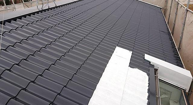 鋼板屋根の錆止め塗装中