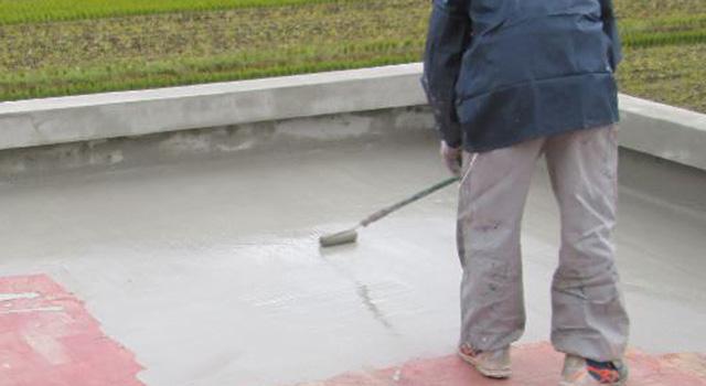 ポリマーセメントを塗布して、一次止水を行い、素地を安定化します