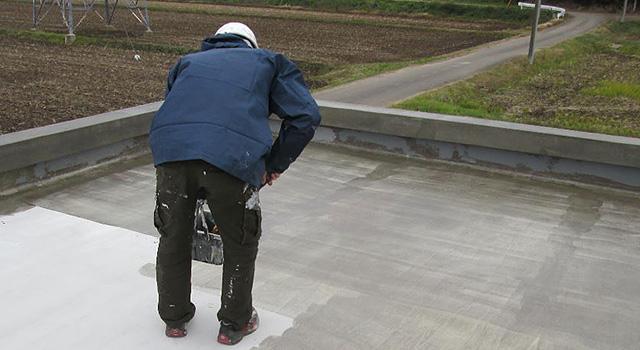 セメント層に防水プライマーを下塗します