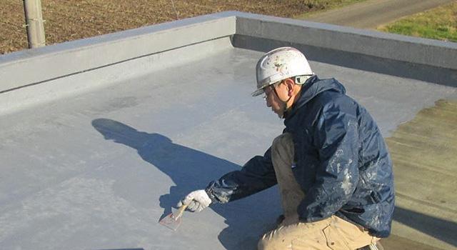 補強布を張って乾いたところに、防水層を塗り増します