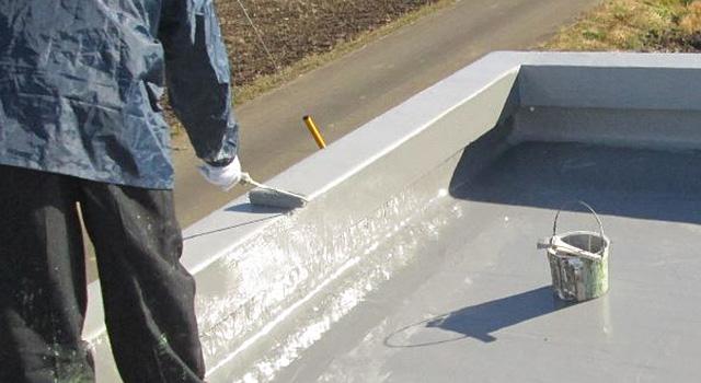 防水層を保護するためのトップコートを塗装します