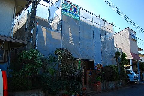①屋根塗装工事用足場を組みます。