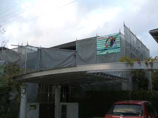住宅塗装の仮設足場後。あくりお仕事中。