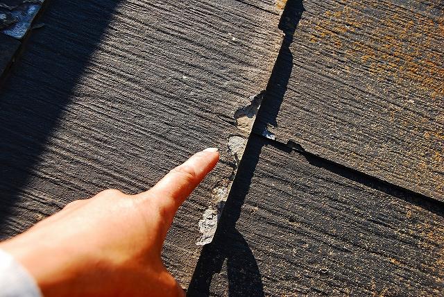 スレート屋根の剥がれ。