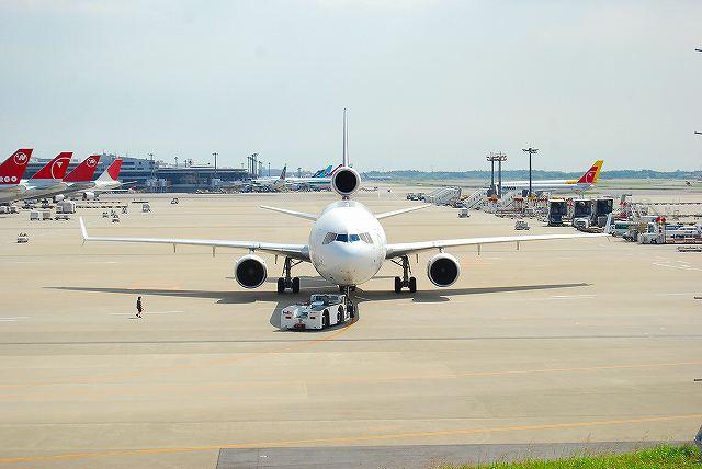 飛行機がこんな近くに見えるところで作業中。