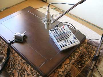 塗装工事の合間におこたでラジオ。