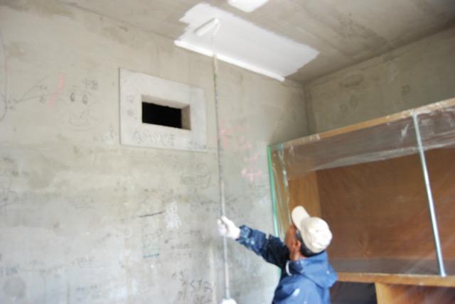 下塗りで吸込を止め汚れを消します。