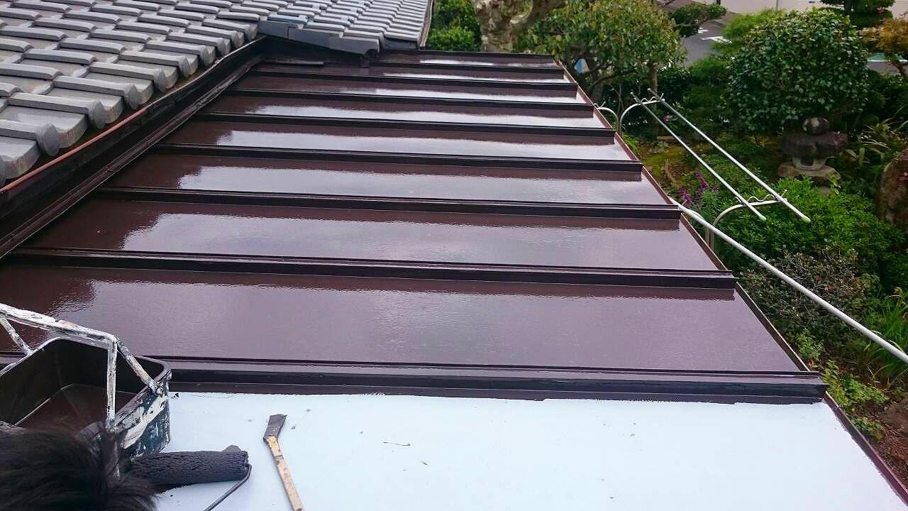 カワラボウ屋根塗装中
