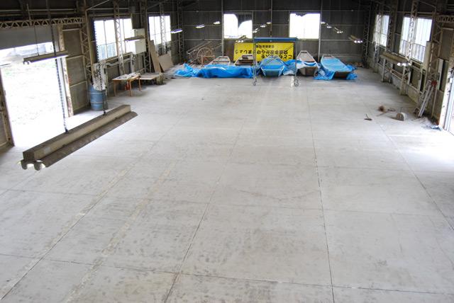 落書き消し作業後の倉庫床。