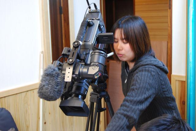 撮影機材をいじるともちゃん。