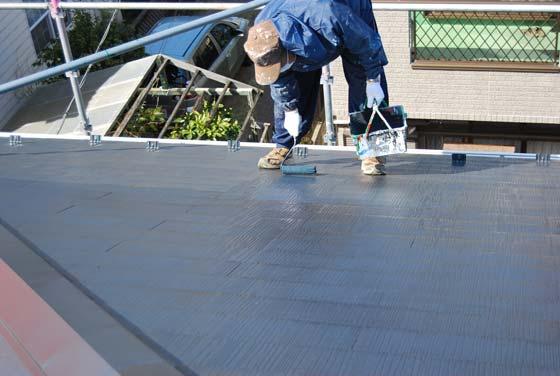 屋根塗装の上塗中。